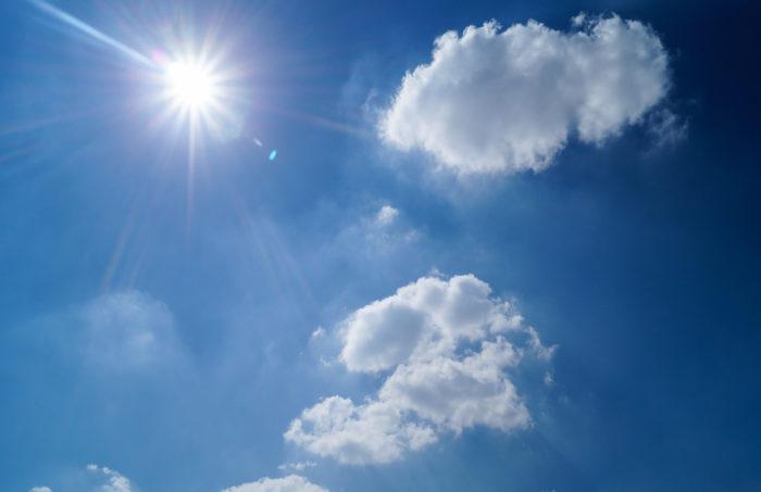 Sonne und blauer Himmel