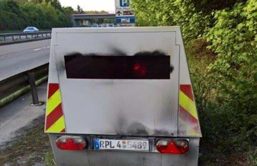 Radarfalle in Brand gesetzt