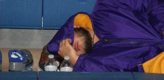 Betrunkener schläft auf dem Boden