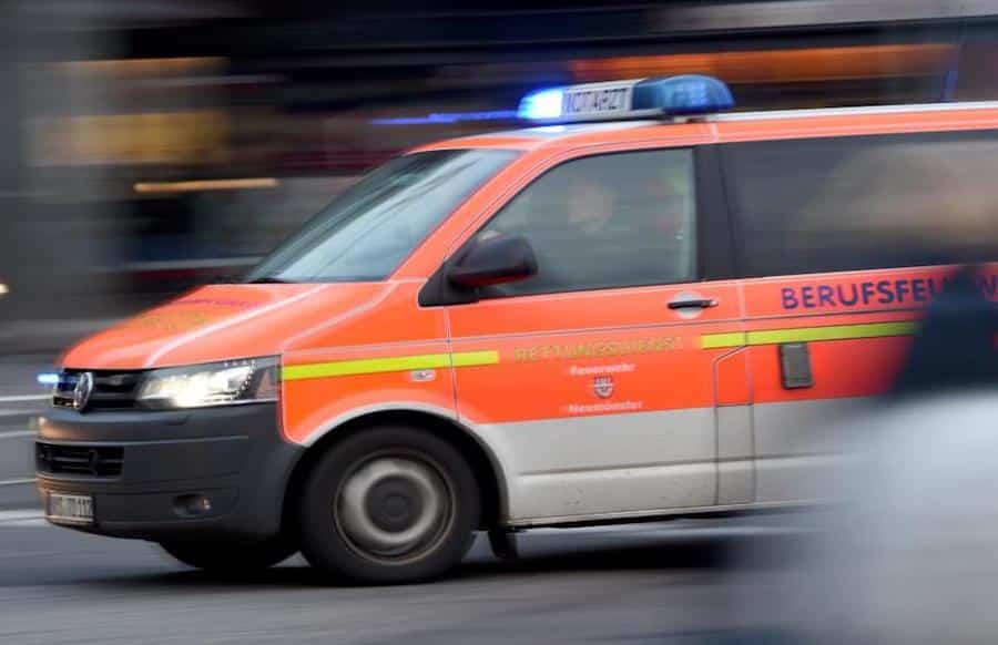 Handbremse vergessen: Vater und Tochter von Auto überrollt
