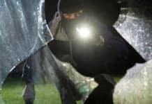 Einbrecher mit eingeschlagenem Fenster