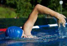 Schwimmer im Wasserbecken