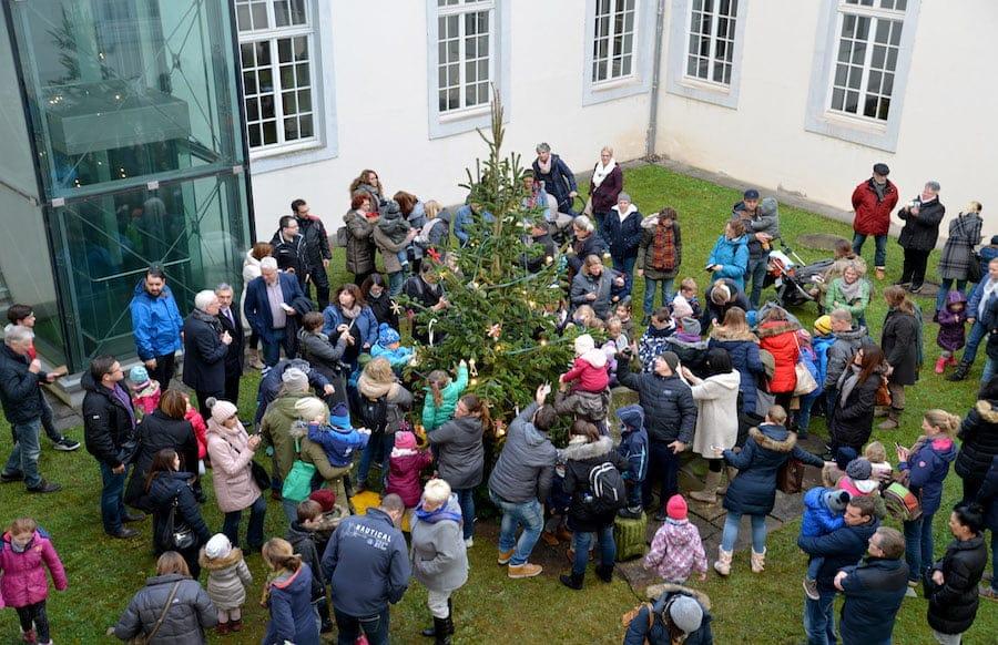 Tannenbaum Draußen Schmücken.Rathaus Kinder Schmücken Weihnachtsbaum Mit Oberbürgermeister