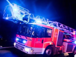 Feuerwehrfahrzeug mit Blaulicht