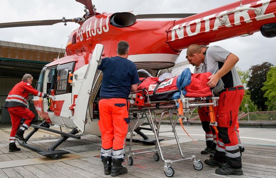 Bauarbeiter in Grube verschüttet und schwer verletzt