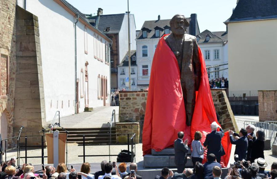 Feuer an Karl-Marx-Statue gelegt