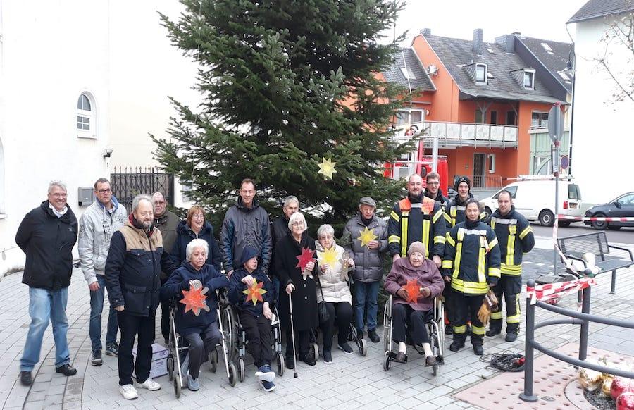 Weihnachtsbaum Service.Trier Euren Senioren Schmücken Weihnachtsbaum Auf Dem Dorfplatz