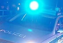 Polizei-Fahrzeig bei Einsatz
