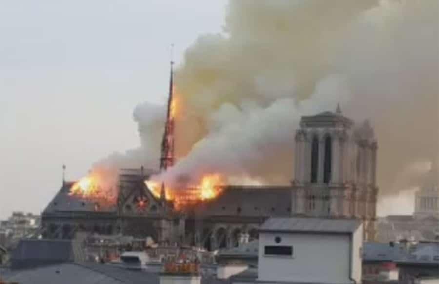 Feuer in Pariser Kathedrale Notre-Dame