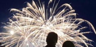 Zwei Personen betrachten ein Feuerwerk