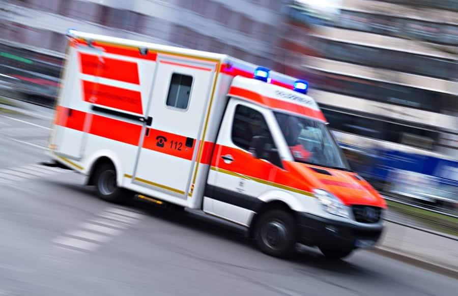 Unbekannter-entfernt-Bodengitter-Seniorin-durch-Sturz-in-Schacht-verletzt