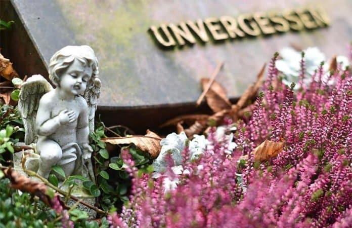 Eine Engel-Statue auf einem Grab auf dem Friedhof