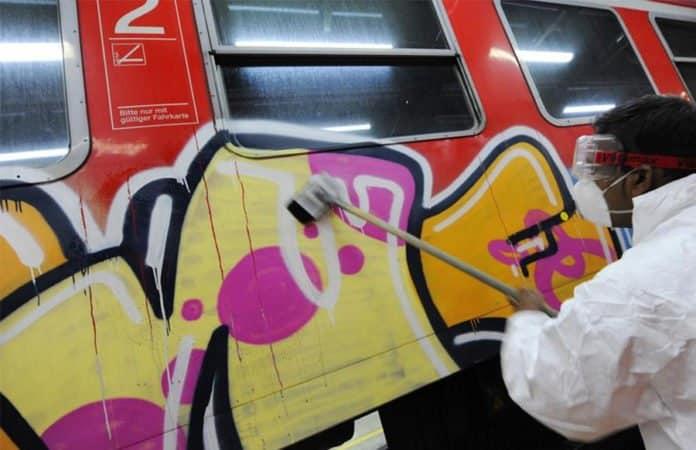 Graffiti Zug Reinigungsarbeiten