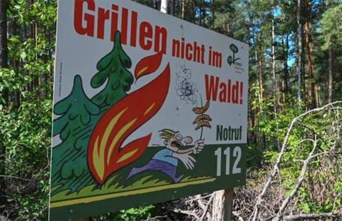Schild Waldbrandgefahr. Notruf 112