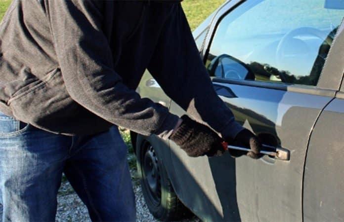 Autodieb beim Autoknacken