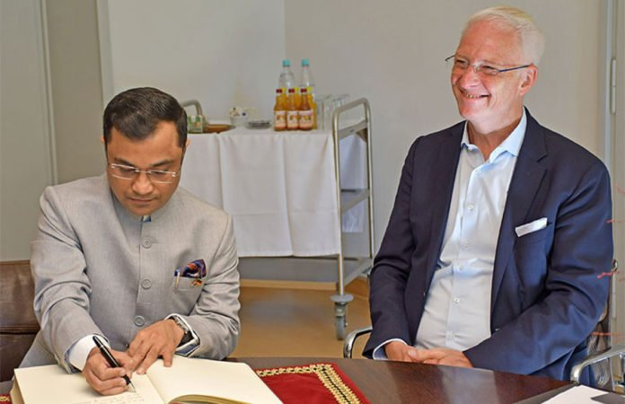 Der indische Generalkonsul Dr. Amit Telang (l.) trägt sich im Beisein von OB Wolfram Leibe ins Gästebuch der Stadt Trier ein.
