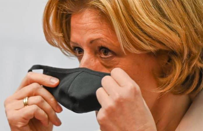 Ministerpräsidentin Malu Dreyer zieht ihren Mundschutz an