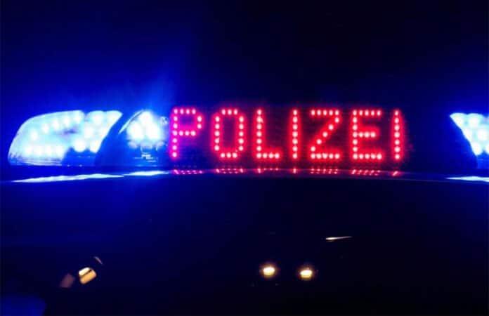 Polizeiwagen mit leuchtendem Schild