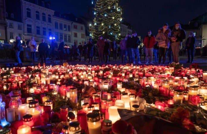 Kerzenmeer nach der Amokfahrt vor der Porta Nigra in Trier