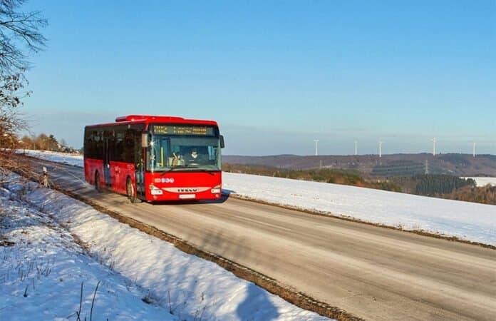 Ein Bus der VRT im Hochwald
