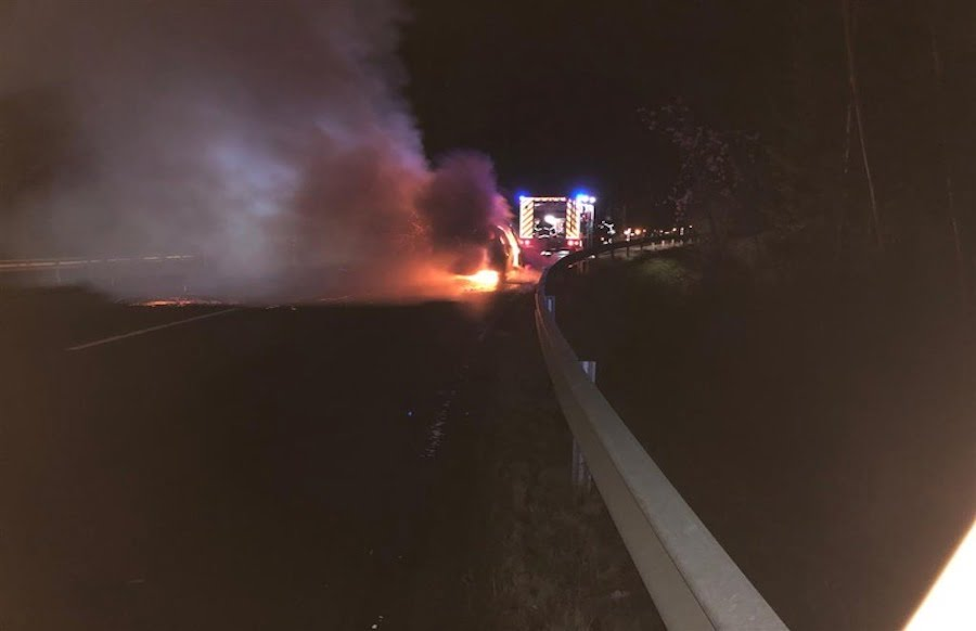 Bitburg-Flammen-Drama-Auto-f-ngt-w-hrend-Fahrt-Feuer-Fahrer-verletzt-