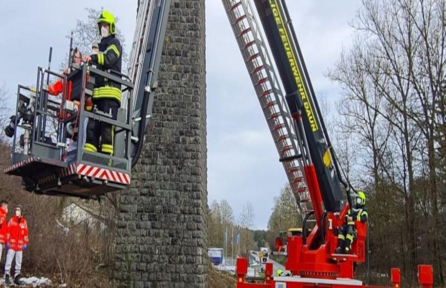 Gro-einsatz-bei-Viadukt-Schwerverletzter-Wanderer-durch-Feuerwehr-Daun-gerettet-