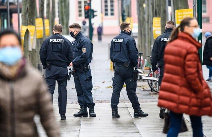 Polizisten kontrollieren die Einhaltung der Corona-Regeln